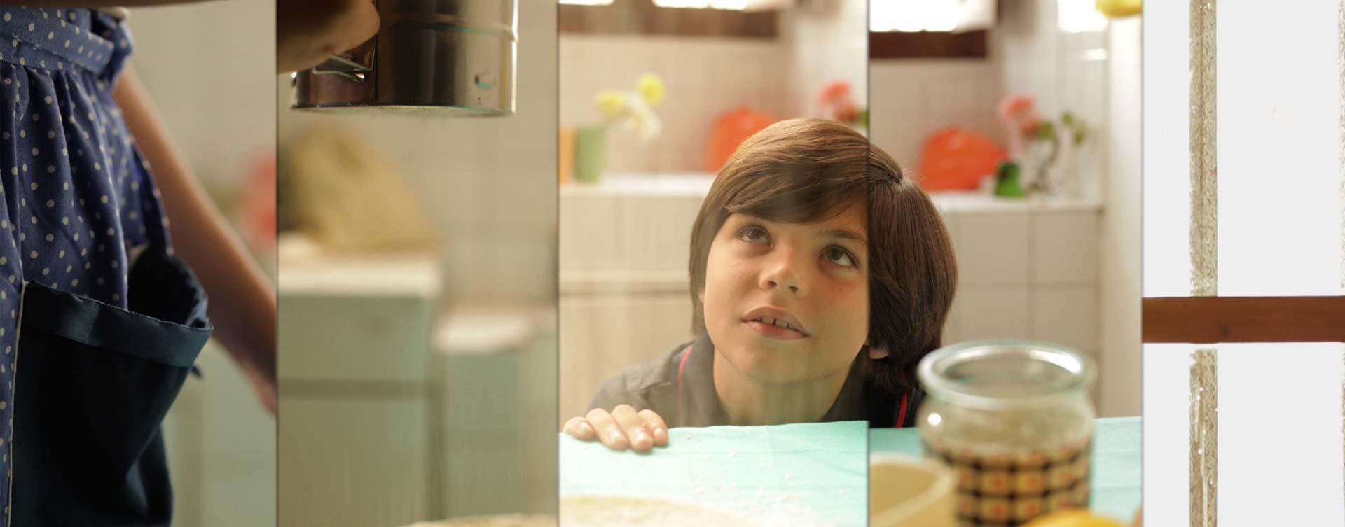 niño en la mesa de la cocina