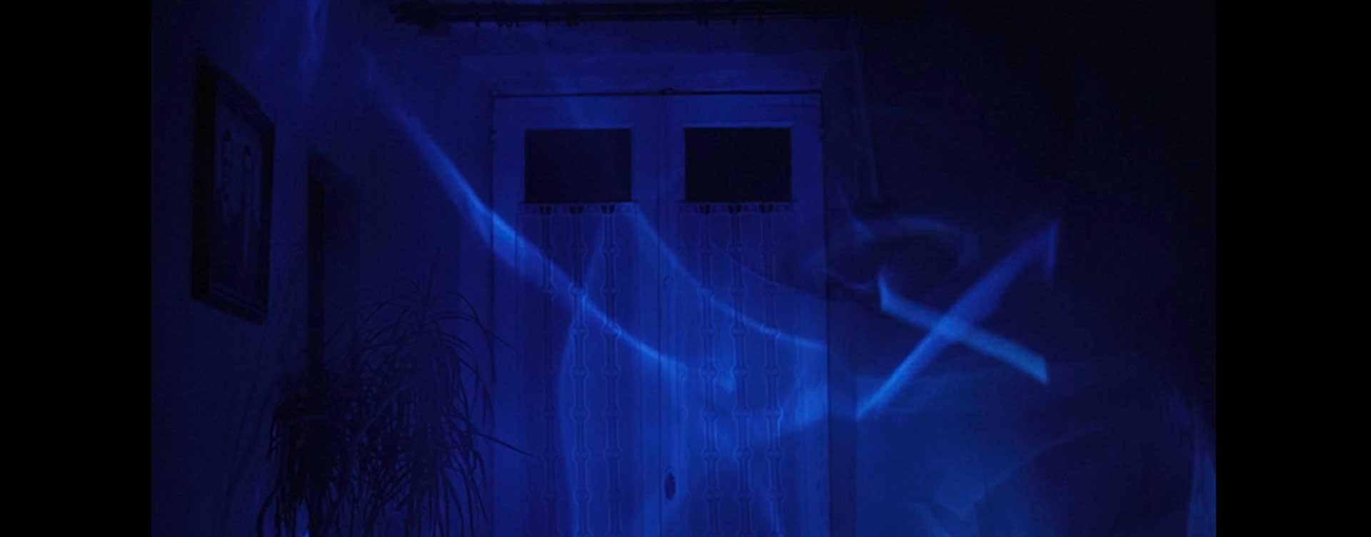 puerta de habitacón con reflejos del mar para el rodaje de augas abisáis