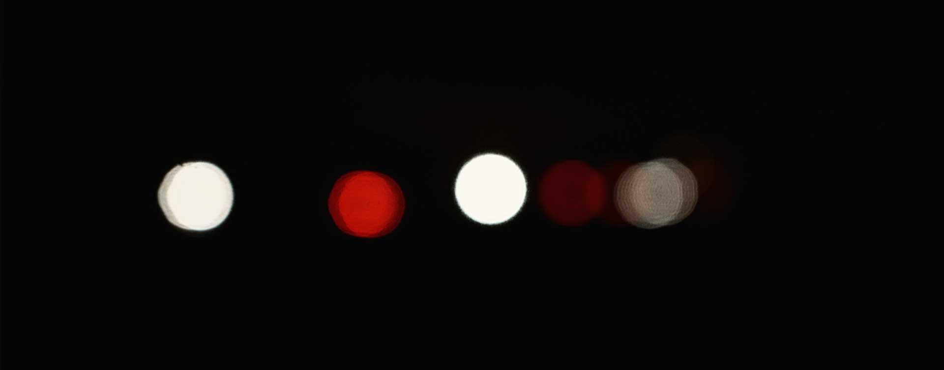 luces difuminadas en la oscuridad para la creación del film